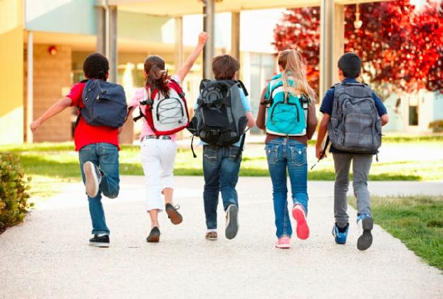niños mochila colegio
